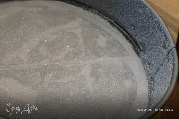 Подготовить разьемную форму- вырезать из бумаги круг, смазать его маслом и посыпать сахаром.