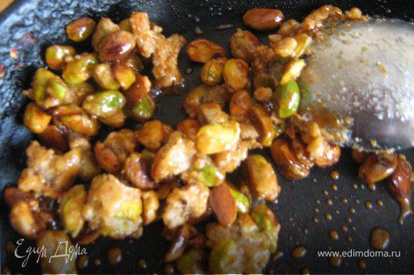 Сахар растопить в подходящей посуде на среднем огне, добавить фисташки и готовить, помешивая, пока они не покроются карамелью.