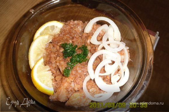 Выложить рыбку с луком