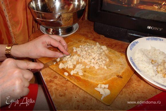 Замешиваем тесто. Пока оно подходит-отдыхает, займемся начинкой. Подготовленный рис заливаем водой и ставим варить. Моем-чистим лук, режем кубиками (не очень мелко).
