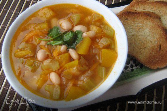 Подавать суп горячим,украсив зеленью.Очень ароматный,лёгкий супчик!Ну а если куриный бульон заменить овощным,то будет суп для тех,кто придерживается Поста.Приятного аппетита!