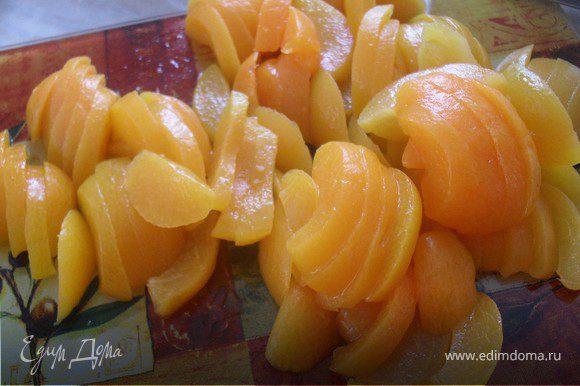 Пока тесто охлаждается, сделаем начинку.Для этого сольем сироп с абрикосов в чашечку (он нам пригодиться), а абрикосы порежем на кусочки.В воде растворить желатин.Когда он набухнет, влить в него сироп от абрикосов и довести до кипения на плите.