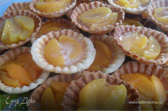 На дно каждой корзиночки уложить абрикосы (можно еще что-нибудь), сверху полить абрикосовым желе.Убрать в холодильник для охлаждения...