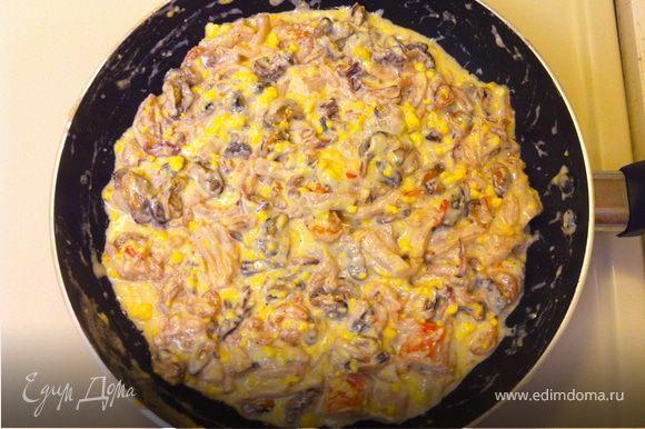 Когда сыр растворится, добавить морепродукты, перемешать.