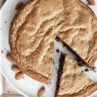 Можно оставить 1/3 всего шоколада и, поломав на небольшие кусочки, вдавить его в тесто перед тем, как ставить форму в духовку. Тогда, если вы подаете пирог теплым, шоколад останется жидким и будет приятно вытекать.