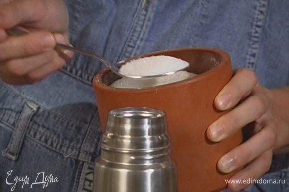 Добавить сахар и листья мяты.