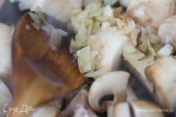 Добавить к луку грибы, посолить и поперчить, жарить 10-15 минут до золотистого цвета.