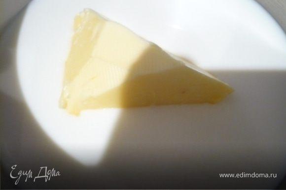 В кастрюлечку залить молоко и добавить масло. Нагреть, пока масло не растает, но при этом молоко не должно быть горячим, а только теплым (30С). Снять с огня и добавить яйцо, помешивая венчиком.