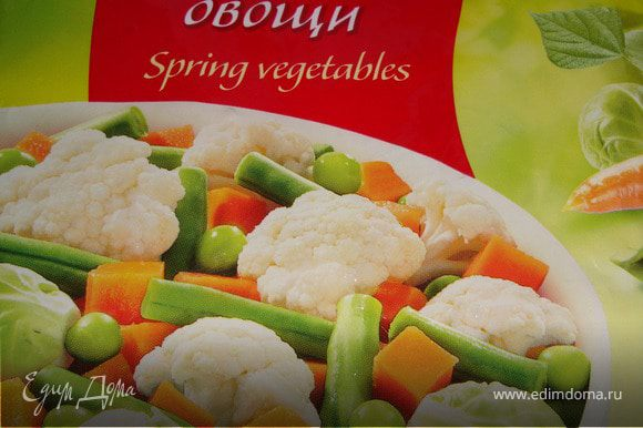 К луку с грибами добавить овощи (предварительно размораживать их не нужно) и немного потушить... Посолить, поперчить и хорошо перемешать.