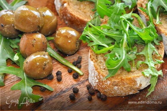 Нарежем свежий ржаной багет на ломтики толщиной 1,5 см и обжарим их в тостере или духовке. Теперь польем их ароматным чесночным оливковым маслом и посыпим молотым черным перцем. Сверху положим горсть пряной рукколы, предварительно помяв ее руками немного. К таким кростини идеально подойдут соленые оливки. Купите грамм 200 отборных сицилийских оливок, засоленных с пряными травами, иногда в пост тоже должны быть свои деликатесы. Теперь откусите хрустящий хлеб, добавьте к нему восхитительную оливку и насладитесь этим поистине тосканским вкусом!