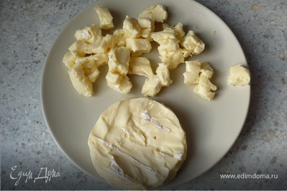 Тем временем смазать маслом форму для запекания (26см). С камамбера снять корку и мелко порезать.