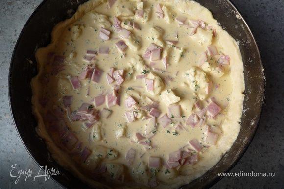 Тесто раскатать и выложить в форму. Сверху распределить сырную массу. Запекать в предварительно разогретой до 200°C духовке 25 минут.