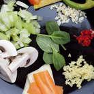 Сладкий перец нарезать крупными полосками, морковь и кабачок — пластинками по диагонали, а грибы — пластинками толщиной 3 мм.