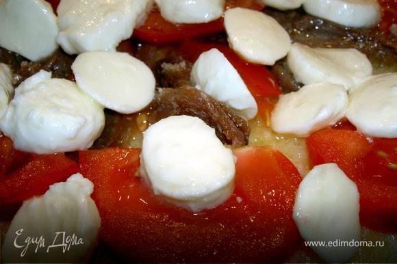 Взбейте венчиком яйца с мукой и солью, поджарьте на оливковом масле омлет.Переложите в форму для запекания, прикройте ломтиками помидоров, анчоусами. Сверху выложите сыр.