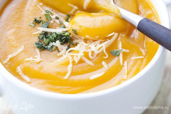 Перед подачей суп подогреть, добавить сливки, натертый сыр и кинзу.