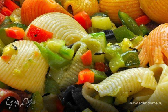 Действие 3. Теперь займемся «Джульеттой». Чистим цуккини и нарезаем его вместе с морковкой и сладким перцем мелкими кубиками. Выкладываем все вместе на разогретую сковородку с оливковым маслом. Обжариваем овощи, периодически встряхивая сковородку или помешивая лопаткой. Минут так через 5 добавляем соль, перец и специи (тмин, базилик, орегано, кориандр и куркуму). Убавим огонь и тушим 2-3 минуты продолжая помешивать. Затем снимаем с плиты и смешиваем с пастой во второй миске.