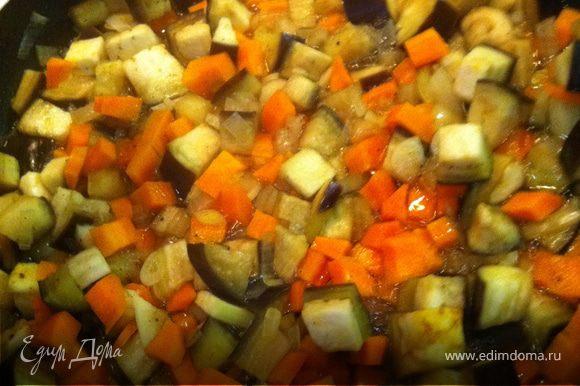 Нарезать морковь и баклажан кубиками, лук обжарить на сковородке, добавить мелко нарезанный чеснок, морковь и баклажаны, посолить, добавить карри. Тушить без масла (с водой) на медленном огне, до готовности.