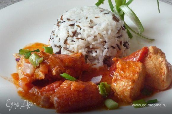 На тарелку выложить филе, посыпать обжаренным луком. Подавать с рисом. Приятного аппетита!