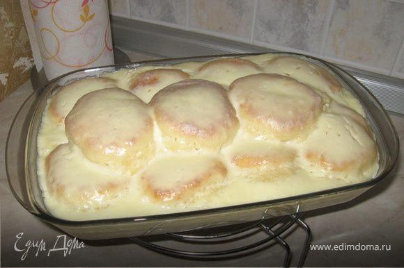 Яйца взбить с сахаром, добавить творог, муку, смешанную с разрыхлителем, замесить тесто. Сформировать из теста сырники. Обжарить их на подсолнечном масле до корочки, но не до полной готовности. Выложить в форму и залить сметаной, взбитой с сахаром. Поставить в духовку при 180 градусах на 15-20 минут.