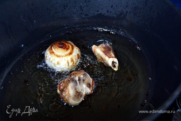 В казан...если нет, то сковородка с высокими бортами( лучше если с толстым дном)...наливаем растительное масло, примерно на 3 см. Масло разогреть( можно прокалить и сжечь там луковицу и косточку от мяса), тогда масло приобретает идеальный вкус... Горелки выбрасываем.