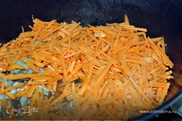 Как только мясо подрумянилось, добавляем морковь.Обжариваем.
