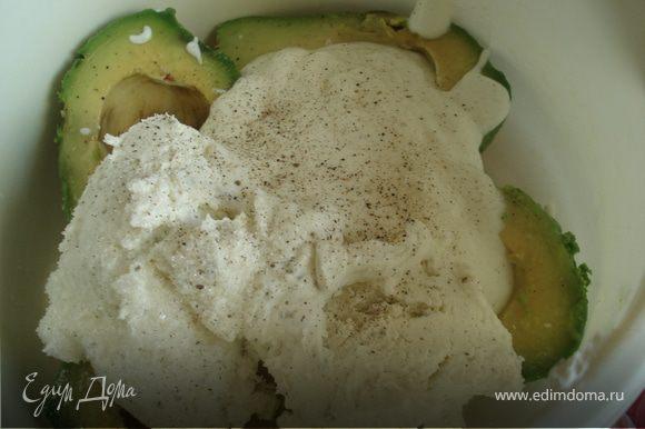 Добавить йогурт,творожный сыр, соль,сахар, черный перец и пюрировать с помощью блендера до однородной консистенции.