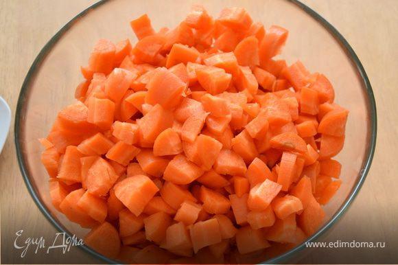 Морковь и лук нарезать кубиками. Слегка обжарить на оливковом масле.