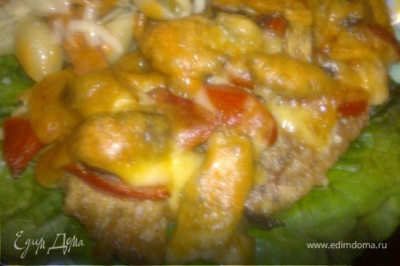 На терке для сыра натираем пармезан и обычный любой твердый сыр.Выкладываем ракушки,поливаем сверху приготовленным соусом,присыпаем сыром пармезан и твердым .Выкладываем на зеленый салат мясо курицы.Ужин готов!
