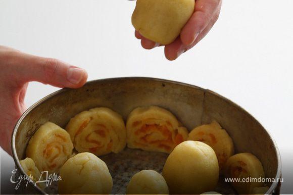"""Положите """"яйца"""" в форму в хаотичном порядке и запекайте """"яйца"""" с кружками теста в разогретой до 180 градусов духовке около 20-25 минут, пока тесто не подрумянится и не станет твердоватым."""
