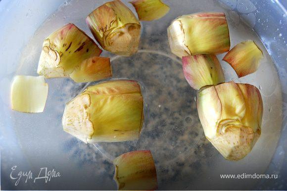 Очищенные артишоки положить сразу же в воду с соком лимона, чтобы он не почернели. Подержать в воде минут 15.