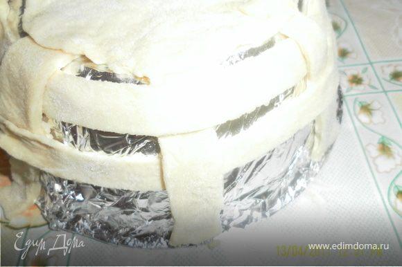 для начала ипечем корзинку,для нее берем обычное пресное тесто,как на пельмени,обернуть нашу форму фольгой,по форме дна вырезать круг из теста, остальное раскатать,порезать лентами и начинать плести края,отдельно сделаем ручку из теста , из трех ленточек в виде косички выложем в виде подковки и выпекаем минут 15
