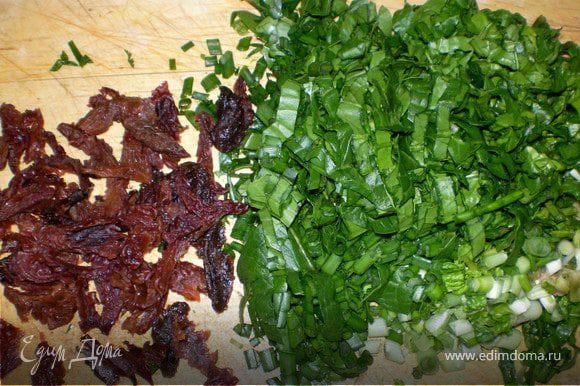 Залить кипятком чернослив на 8-10 мин. Слить воду и удалить косточки. Крупно порубить шпинат,стручковый лук,кинзу,чернослив .
