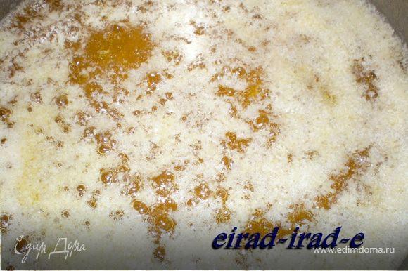 Как только на поверхности масла образуется тоненькая пенная корка