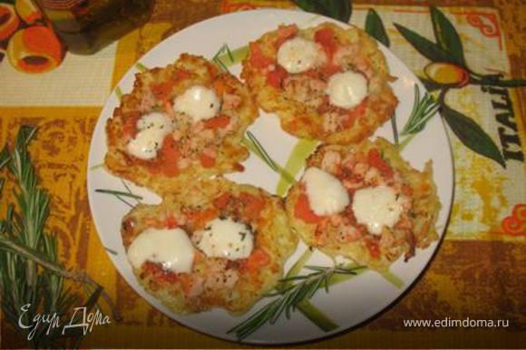 Приготовим начинку для мини-пиццы. Креветки нужно очистить, сбрызнуть оливковым маслом, немного посолить. Помидоры очистить от кожуры, порезать небольшими кубиками. Выложить креветки, помидоры на основу, посыпать прованскими травами. Шарик моцареллы разрезать пополам и выложить на креветки с помидорами. Запекать в духовке 10 минут.