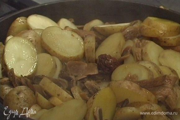 Добавить грибы к картошке и через 1−2 минуты влить туда же бульон. Тушить 10−12 минут под крышкой.
