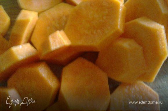Очищаем морковь и нарезаем ее кружочками.
