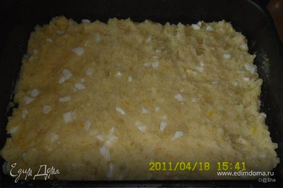Очищенный картофель отварить в подсоленной воде и приготовить пюре с добавлением молока и рубленных вареных яиц.Обжарить лук и добавить к нему фарш, продолжая обжаривать практически до готовности.Добавить соль, перчик. На противень, смазанный маслом,посыпанный панировочными сухарями, выложить слой картофельного пюре и разровнять его(я еще добавляла по маленькому кусочку сливочного масла поверху)