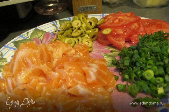 Помидор нарезать очень тоненькими колечками, семгу небольшими квадратиками, оливки кружками, лук мелко порубить.
