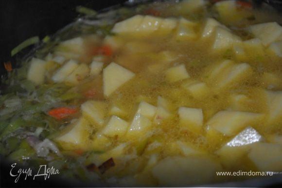 Залить литром кипящей воды, довести до кипения и варить на медленном огне 5 минут. Добавить картофель. Открыть банку с крабовым мясом и жидкость влить в суп. Варить до готовности картофеля.