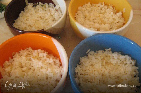 В другой сковороде обжарить оставшийся лук в раст.масле,добавить рис,перемешать,снять с огня. По 4 порционным формочкам разложить обжаренный с луком рис,