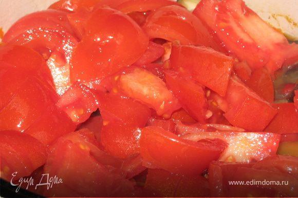 Поднимаем крушку и добавляем нарезанные томаты (по желанию можно очистить от кожуры), сок лимона, 1 чайную ложечку сахара и оставляем потомиться еще минут 5 - 7.