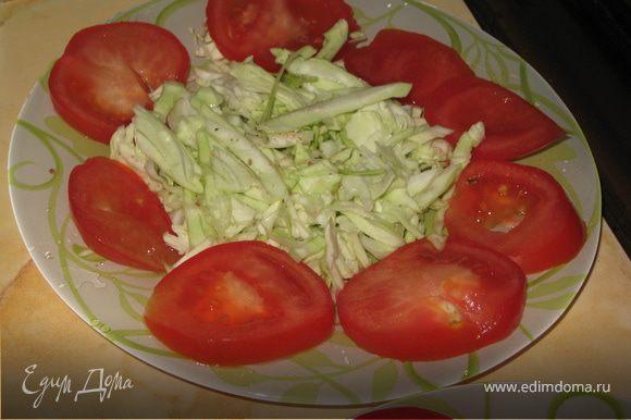Капусту порубить, посыпать перчиком и солью, вокруг уложить томат