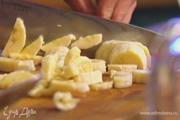 Банан почистить, порезать небольшими кусочками и добавить в тесто.