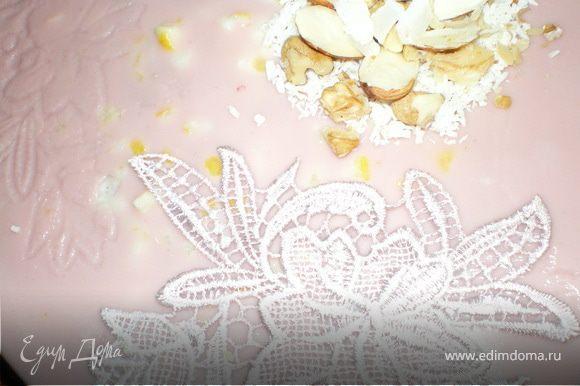 И в самом конце вылить вишневый крем .Для украшения торта по верх начинающего желироваться крема уложить кружевную материю на 15 мин ,после убрать.