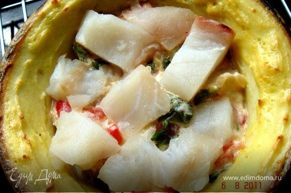 Куриную начинку выложить в испеченную картофельную форму и поставить в духовой шкаф на 30 мин.Подавать с зеленью и свежими овощами. Рыбную начинку выкладывать слоями(соус-рыба-соус-рыба-соус).Также убрать в духовой шкаф на 30 мин.Готовое блюдо посыпать рублеными орехами и каперсами,украсить укропом. Приятного аппетита!
