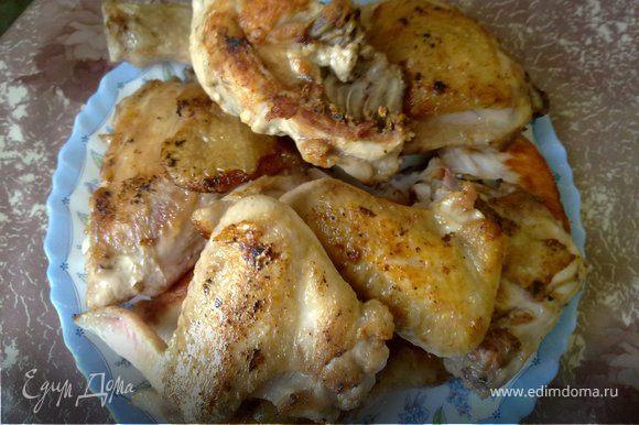 Курицу разрезать на 8-10 чаcтей, обсушить куски салфеткой, посолить и поперчить. Oбжарить на сливочном масле в кастрюле с толстым дном. Вынуть, отложить.