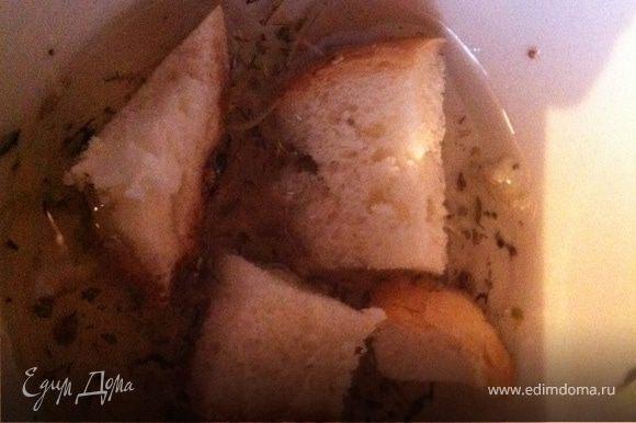 Гренки я жарю так – в небольшую пиалу наливаю растительное масло, добавляю соль и чеснок из пресса и все тщательно перемешиваю. Обмакиваю в получившемся растворе белый хлеб и обжариваю его тщательно на сковородке – получаются равномерно промасленные, просоленные вкусные, хрустящие греночки!