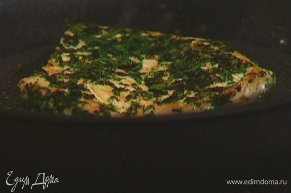 Разогреть сковороду без масла и обжарить индейку с обеих сторон до готовности.