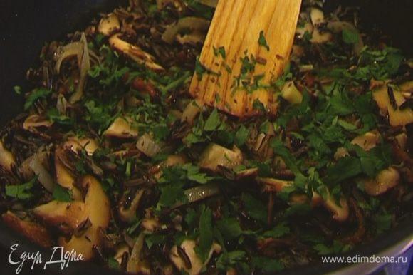Петрушку измельчить и посыпать рис с грибами.