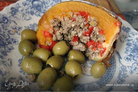 Разрезаем и раскладываем по тарелкам. Блюдо самодостаточно, но можно и гарнировать маринованными овощами по вкусу. Мне оливки приглянулись.
